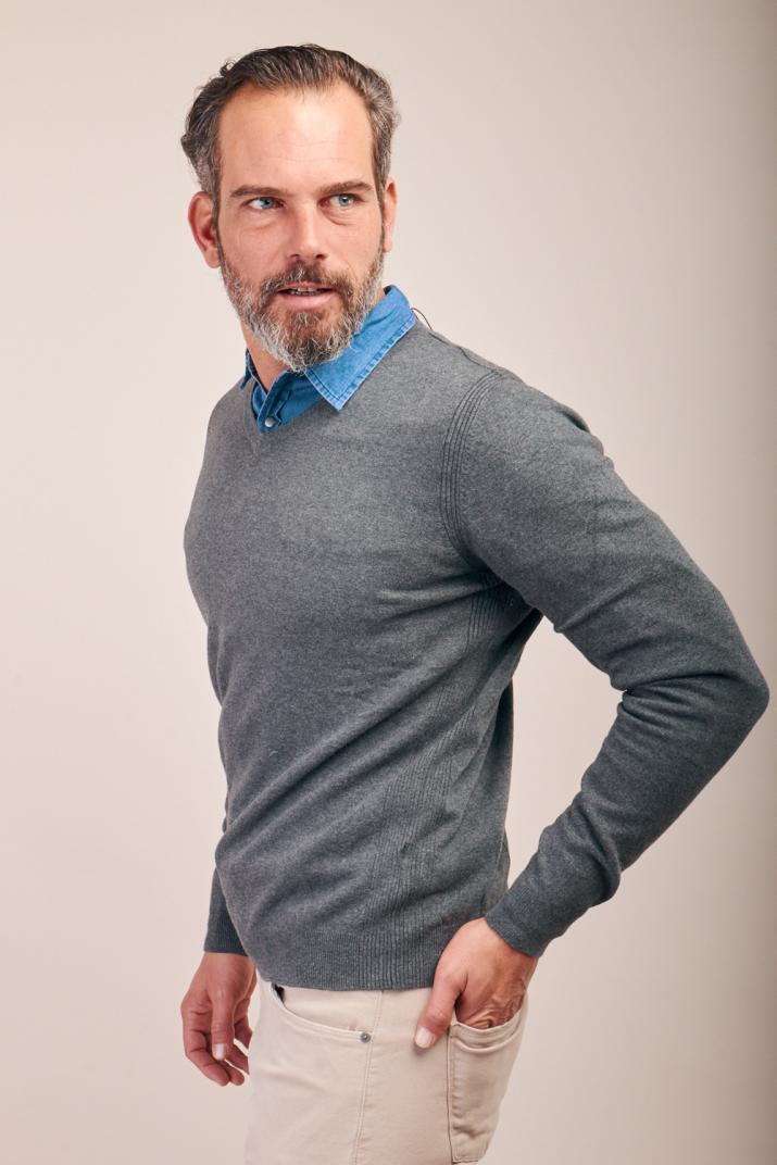 Sweater Urano hilado blend con escote en V Modern fit
